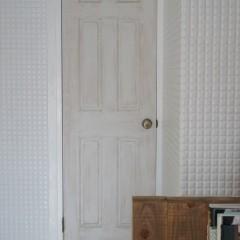 トイレに続くドアも白。アンティーク塗装で仕上げています。