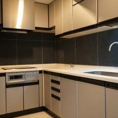 システムキッチンもシックな色合いで統一しています。