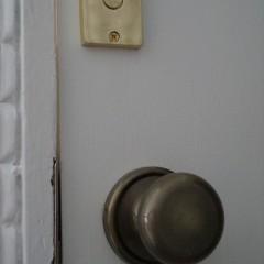 トイレのドアノブ。鍵のVACANTの文字がかわいいですね。