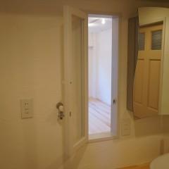 ミラーの横の小窓。これがキッチンとつながっています。もちろん開けることもできます。