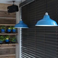 窓際にはブルーの琺瑯のランプシェード。鮮やかなフレンチブルーがアクセントに。
