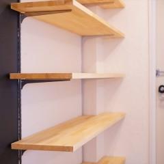 シューズクロークの棚板部分。夫婦2人なら十分な量の靴が置けそう。