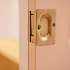パウダールームのドア。こちらはスライドドアなので取っ手もこんな感じで。