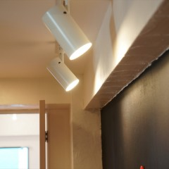廊下の壁の黒板塗料と、それを照らす照明です。