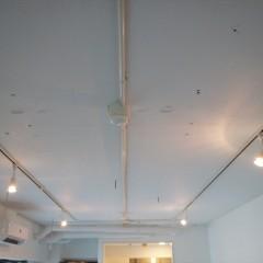 リビングのみ天井を抜いて躯体現しにした上で、白く塗装しています。