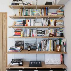 ご夫婦が所有する本のサイズに合わせ、奥行まで計算された本棚。