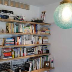 優しい色のアンティークランプは、お部屋の雰囲気とマッチしています。