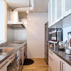キッチンはIKEA。白を基調に、シンプルなデザインがお部屋と合います。