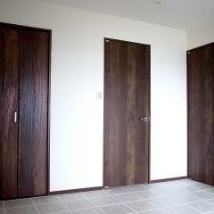 ドアはフローリング、ブラインドと色を合わせ、統一感のある空間に。