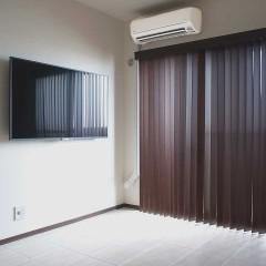 寝室は一転、白い壁にタイルで落ち着いた空間。ウッドブラインドで引締めます。