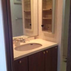 施工前③左右に壁があり、あまり開放感が無かった洗面台。