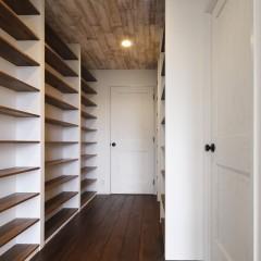 寝室に入ってすぐの本棚。こちらも収納サイズを決めて、固定棚に。