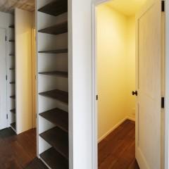 たっぷり収納できる2か所のウォークインの間にも、本棚。