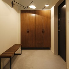 たっぷりの下駄箱は中だけ既製品を使い、扉は造作、塗装仕上げ。
