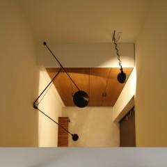 印象的な玄関の照明。上から見ると美しい形がよくわかります。