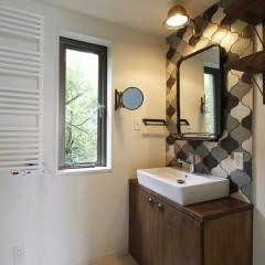 洗面台は造作、洗面ボウル、鏡、照明は施主様が選ばれたもの。