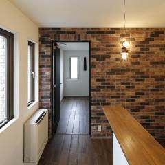 ブリックタイルの壁の向こうは、奥様の家事室になる予定です。