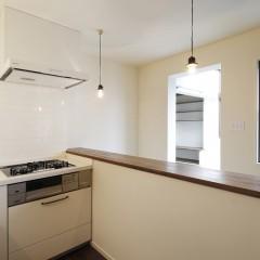 キッチンからはサンルームが見えます。