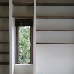 本棚のあいだ、窓から見える緑が美しい。