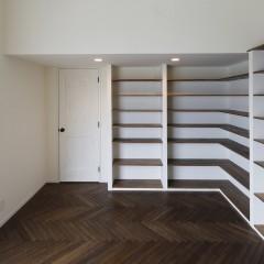 壁面を余すことなく、こちらにも本棚を造作。