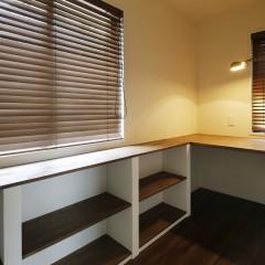リビングの一角には書斎を。必要最低限のスペースながら、落ち着く場所です。