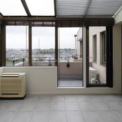 リビングから繋がるサンルームは、天窓もあり外にいるかのよう。