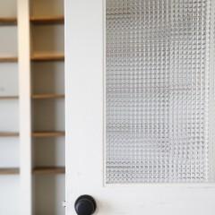 リビングへ入るドアは、チェッカーガラス入りでエイジング塗装を施しました。