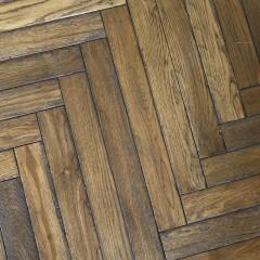 ヴィンテージ加工されたオークの床材でヘリンボーンに。