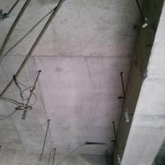 施工前。天井はモルタル、配線むき出しの状態。