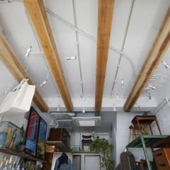 天井に走らせた角材には、照明を付けたり商品を飾ったり。