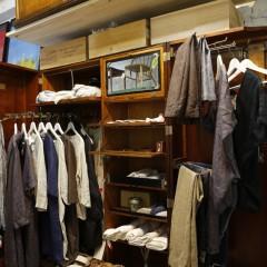 様々な商品が並べられたクローゼットはアンティーク品。