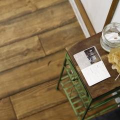 グリーンの足が印象的な家具。ショップカードが置いてありますが、こちらも売り物です。