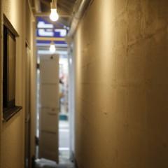 正面入り口の横には、隠れ家へ続くような細い通り道。ここからもお店に入ることができます。
