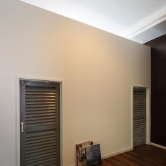 1Fのフローリングと同じ、無垢を貼った床。扉の高さはなんと1.5m!