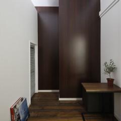 壁は木目のパネルを貼り、全体的に落ち着いた空間に。