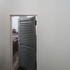 小さなドアの向こう側には・・・