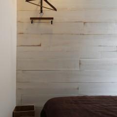 仕切りはカーテンではなく、杉板で。エイジング塗装で仕上げました。