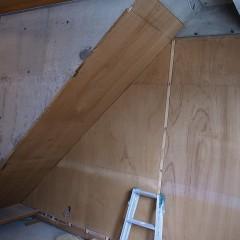 施工途中。木パネルを貼るため、土壁を剥がしている所。