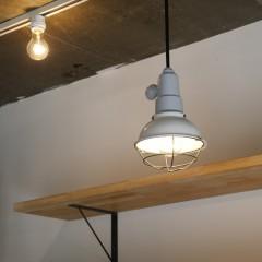 キッチン上の工場用照明も、武骨になりすぎないよう施主さまが白く塗装されました。