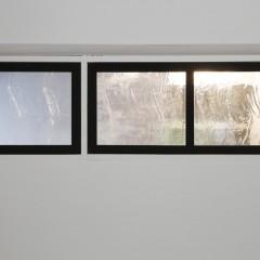 リビングと寝室をつなぐ窓。風の通り道となるよう、開閉できるように。