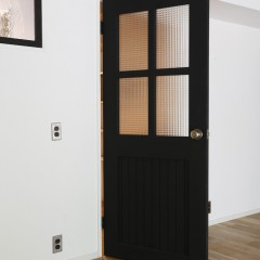 建具、壁、窓枠すべてが施主さまによるDIY塗装。