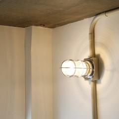 ロフトを照らす船舶照明。これだけでも十分な明るさです。
