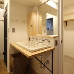 洗面スペースは棚板とシンクだけで圧迫感のない作りに。