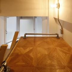 ロフトもパーケットフローリングで施工し、手すりにはガス管を使用。