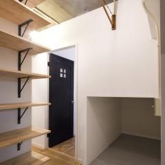 ロフトの下は、玄関土間と繋がっており、十分な収納スペースを確保しています。