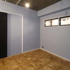 寝室はブルーグレーで塗装。パーケットフローリングで変化を付けています。