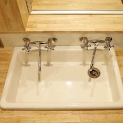 実験用シンクに並ぶ2つの水洗。