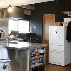 カウンターを広くとったキッチン。お皿は横に収納されたものだけで十分だそう。