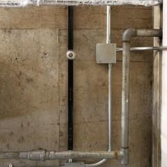 真下から。モルタルにガス管、かっこいいです。