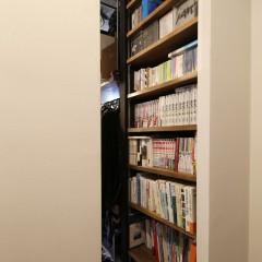 玄関入ってすぐ、細い通路を活かして本棚を。